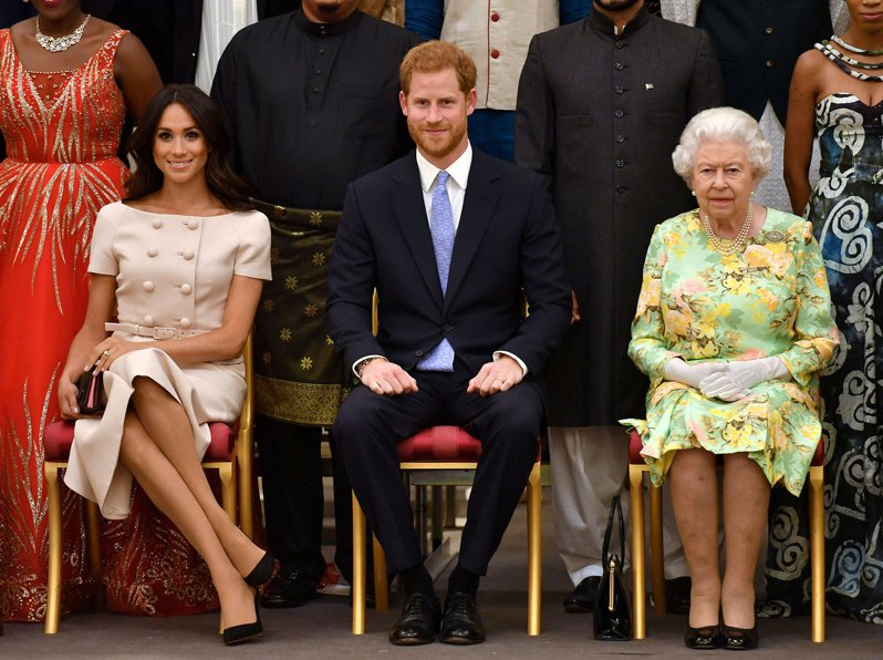英國女王(右)發表簡短聲明,表示會私下解決哈利(中)與梅根(左)提出的問題。(路透資料照片)
