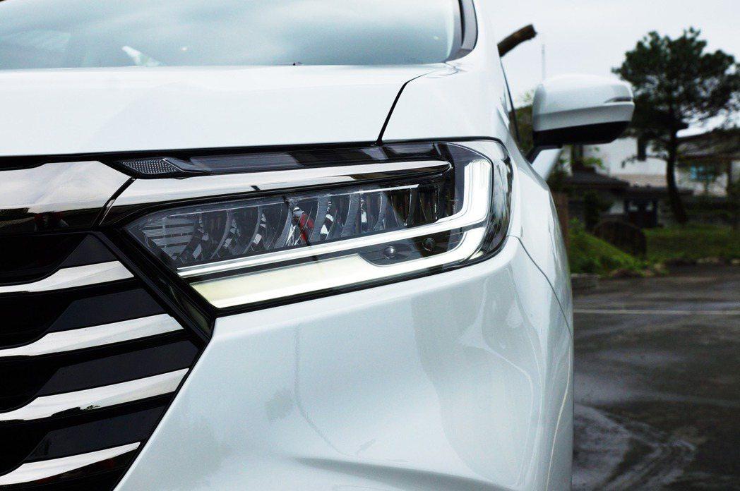 薄型化LED星鑽頭燈,高階車型更增加「ACL轉向輔助照明燈」。 記者趙駿宏/攝影