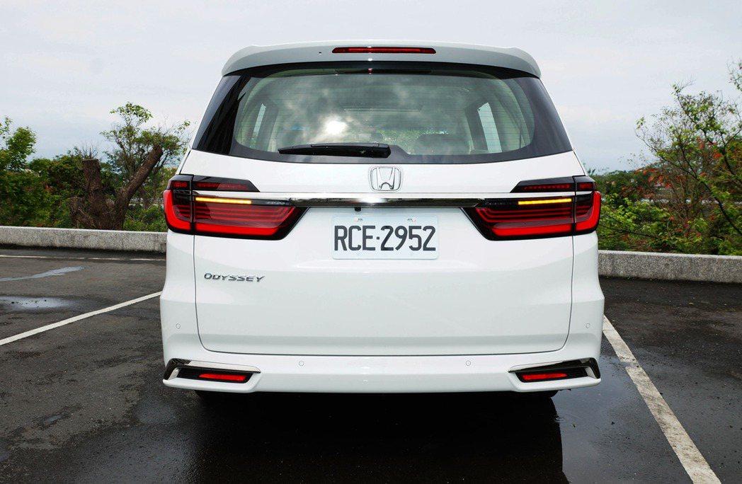 車尾採用更進化的LED導光型尾燈組,搭配鍍鉻的後牌照飾條與保險桿飾條。 記者趙駿...
