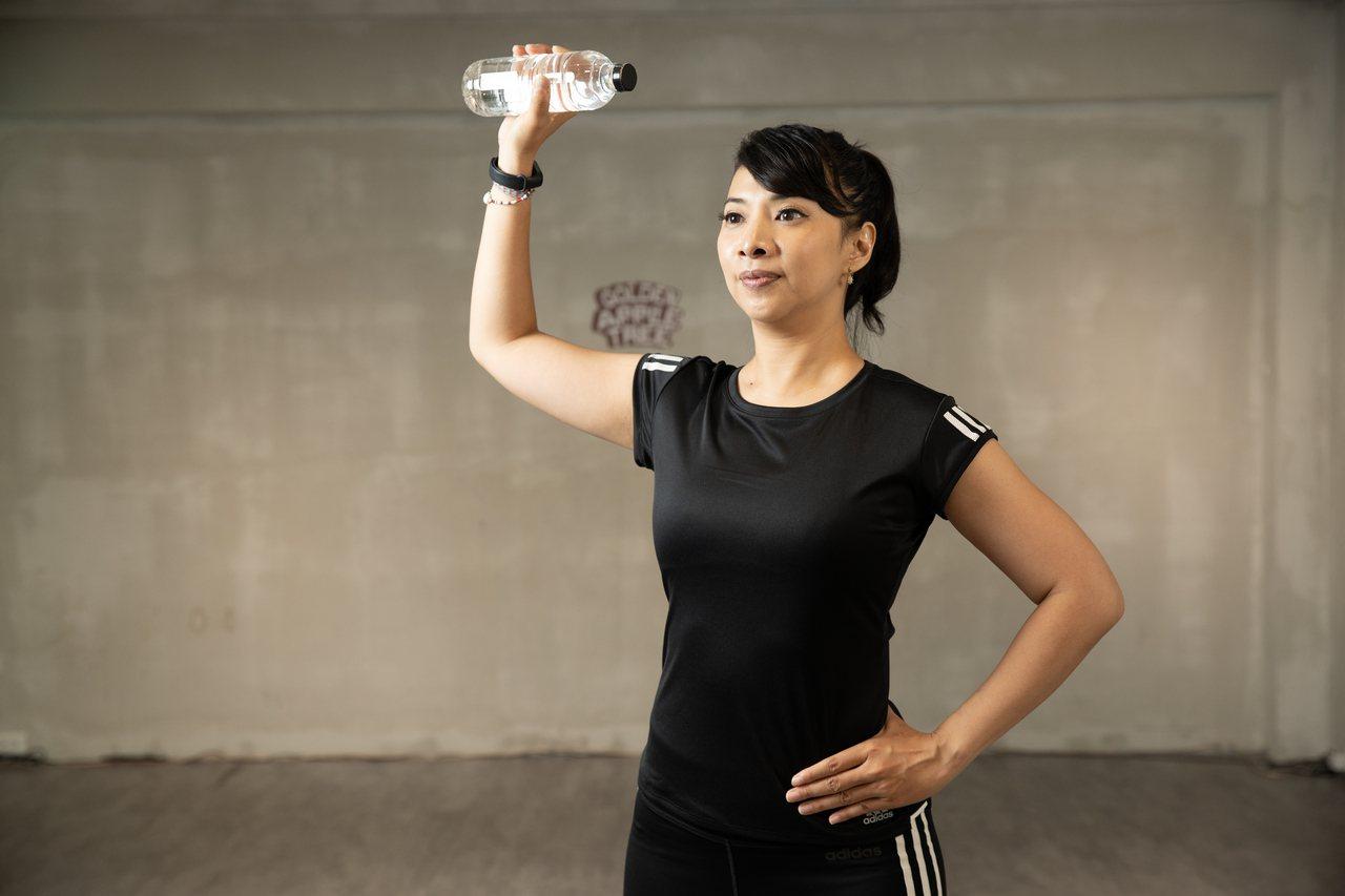 要啟動久沒活動的肩關節,運用裝水的寶特瓶,透過上舉和平舉動作,喚回肩膀靈活度,同...