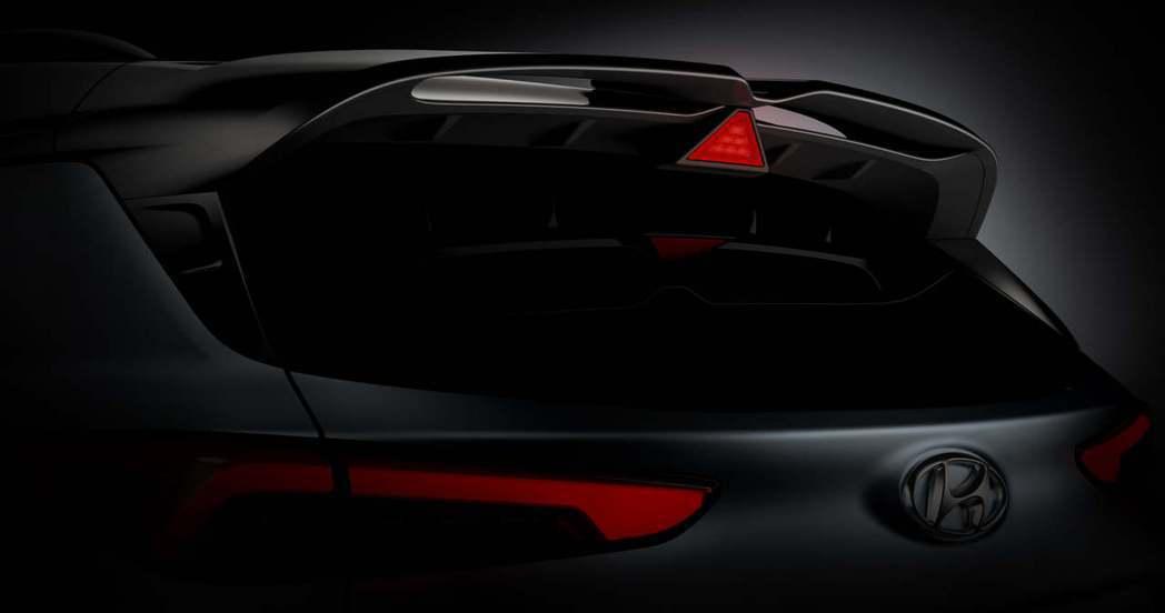全新Hyundai Kona N車頂擾流上的三角形剎車燈,是品牌性能N系列的另一...
