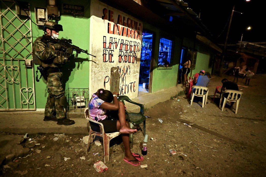 圖為2021年2月10日,哥倫比亞海軍陸戰隊士兵在布埃納文圖拉的街道上巡邏。自從...