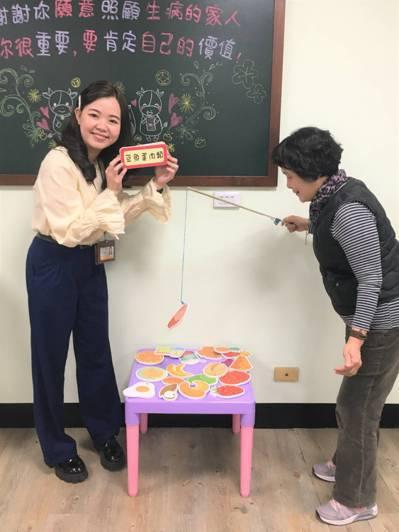 陳琇雯營養師(左)製作營養食物圖片與磁鐵釣魚遊戲教具,與長輩互動 圖檔來源/幸福...