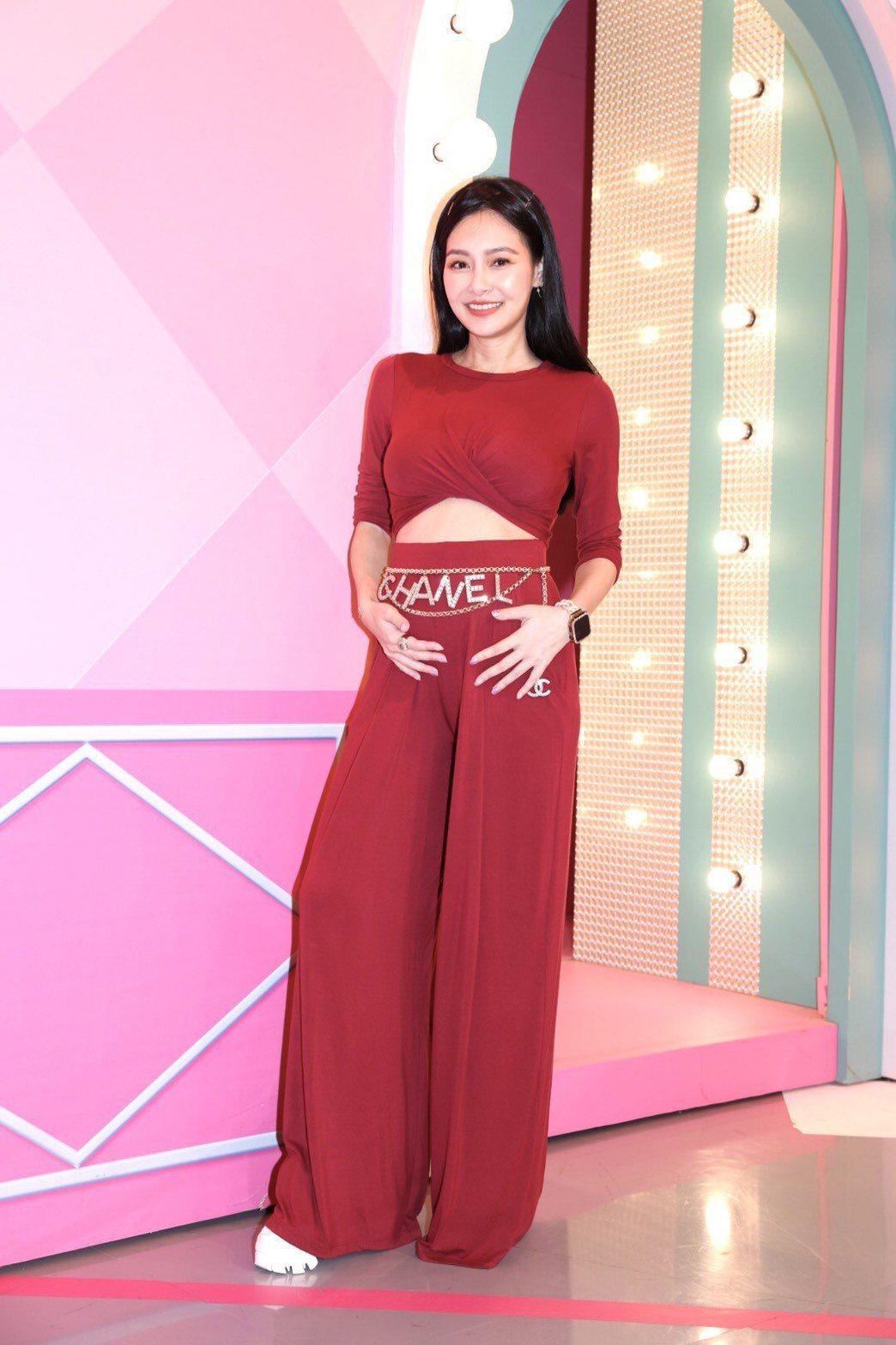 王思佳挺著四月肚上「女人我最大」。記者王聰賢/攝影