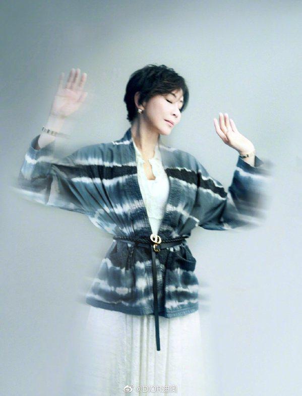 劉嘉玲以簡約紮染線條的罩衫、腰帶,輕鬆展現都會女性的氣場。 圖/取自微博