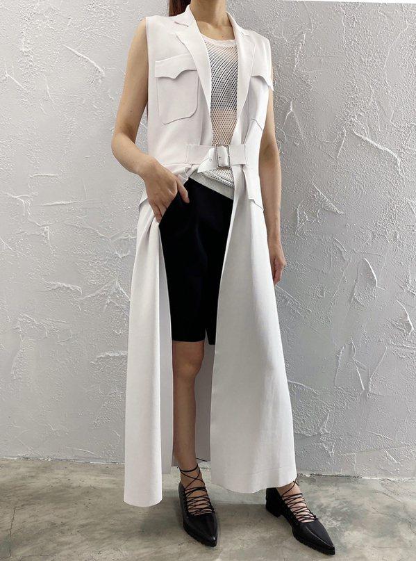 長版背心式的針織衫,是都會女性必備的單品,用以展現年輕俐落的品味。 圖/JAME...