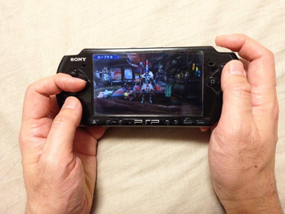 以前因應PSP硬體配置,而產生的特別手持法「C字手」,藉此一邊操控一邊轉動視角。...