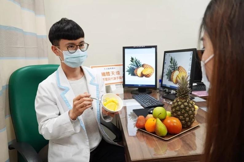 天晟醫院營養師梁嘉麟提醒,民眾吃鳳梨要適量,否則可能造成反效果。  圖/天晟醫...