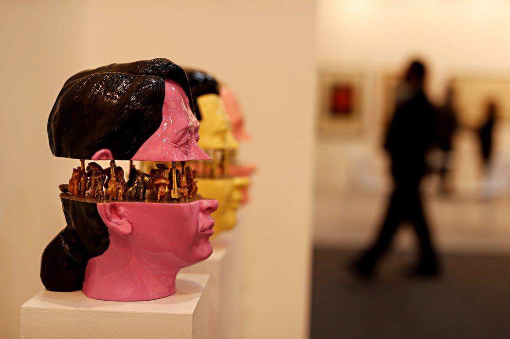 圖為2019年印度藝術博覽會上展出翁山蘇姬與流亡羅興亞人的藝術裝置。  圖/美聯...