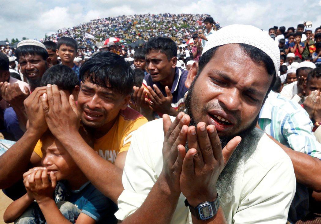 2020年是羅興亞難民逃亡的兩週年,羅興亞難民在孟加拉邊境的難民營上參與祈禱活動...
