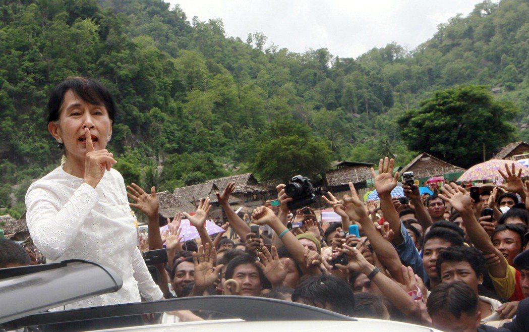 圖為翁山蘇姬在2012年到泰國訪問「邁拉難民營」,邁拉難民營是泰國最大的卡倫族難...