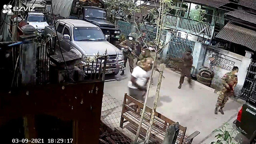 圖為3月9日,翁山蘇姬的安全隨扈Ja Mar被軍隊追捕抓走的畫面。  圖/路透社