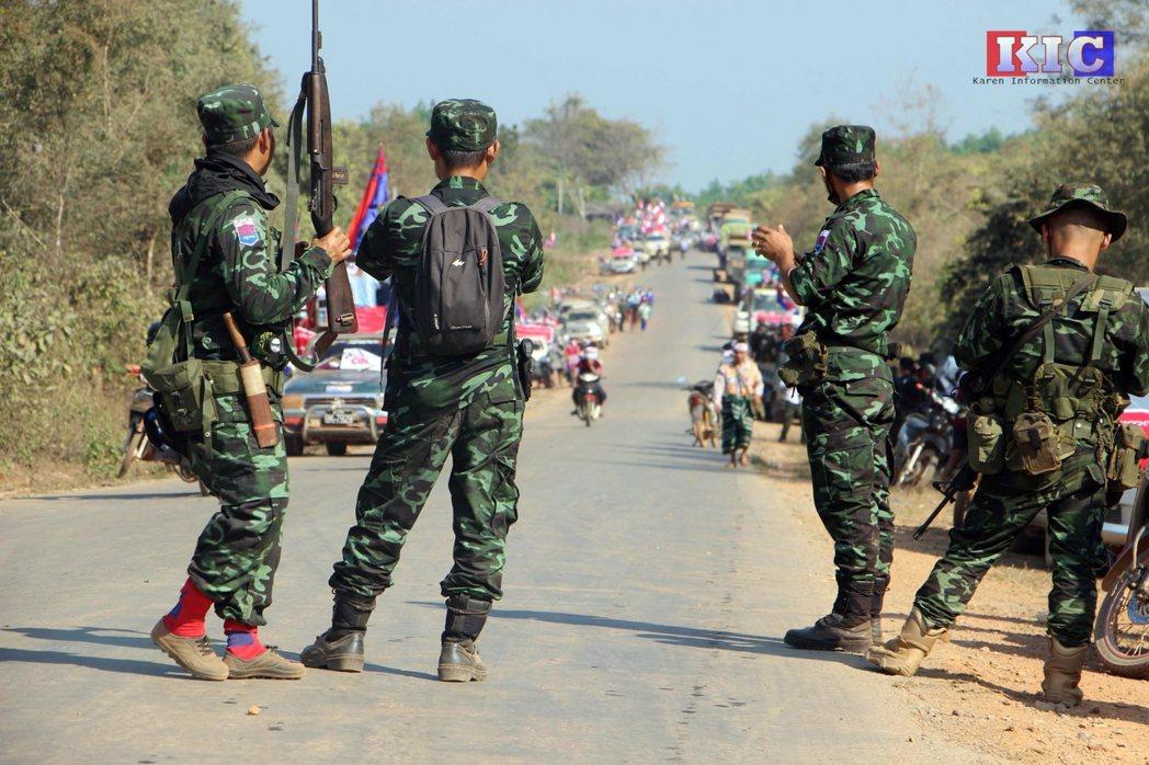 圖為3月6日,克倫民族解放軍在克耶邦的帕布一起發起反軍政府遊行。  圖/路透社