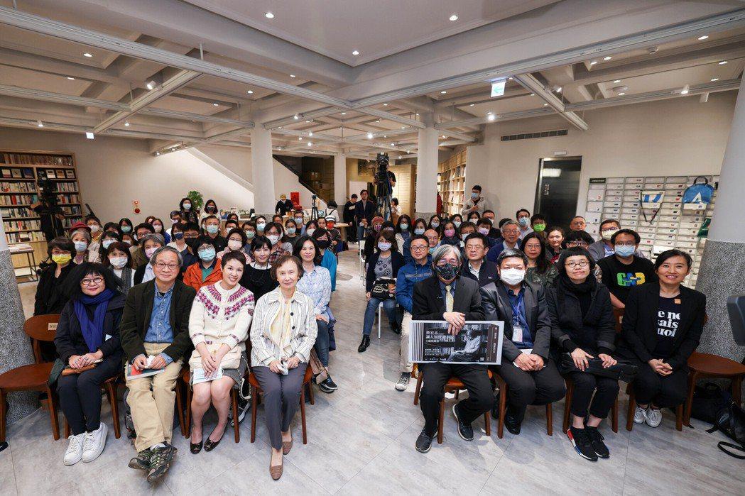 由詹宏志(前排右四)領講的首場「週三讀書會」於3月10日完美落幕。 圖/吳致碩攝...