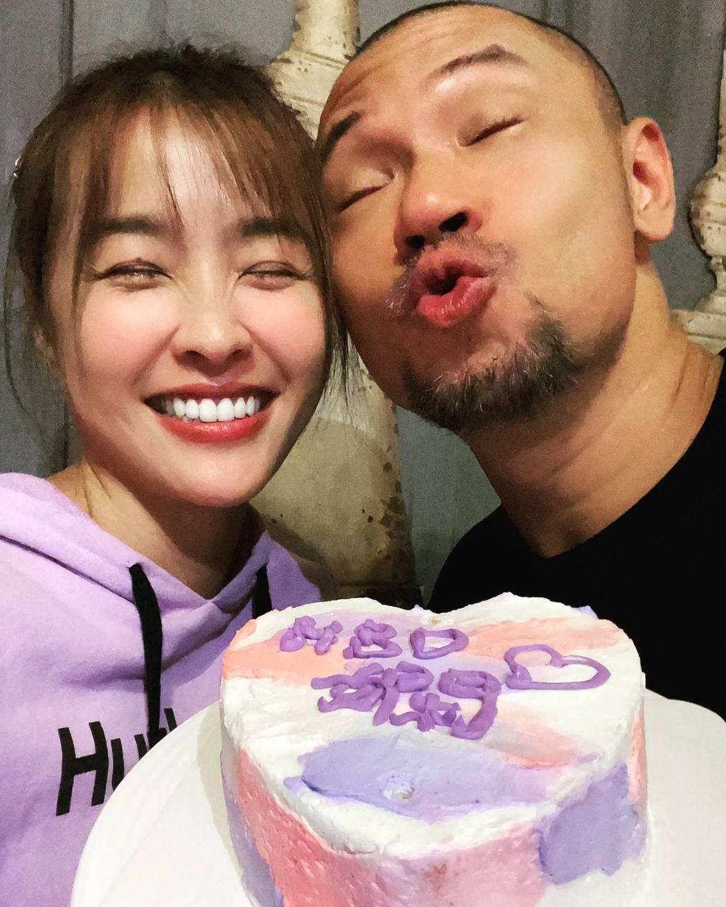 金剛為小嫻做生日蛋糕。圖/擷自臉書