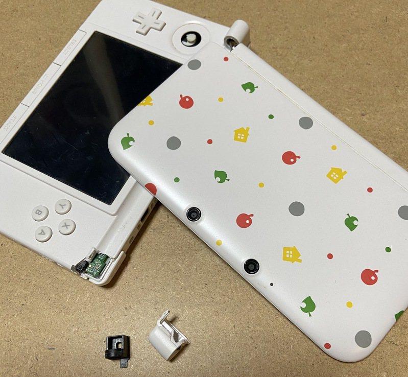 一位網友的任天堂3DSLL遊戲機不慎斷成兩截,由於是限量絕版機,因此本來送修不抱期望,沒想到結果卻出乎他意料。圖擷取自twitter