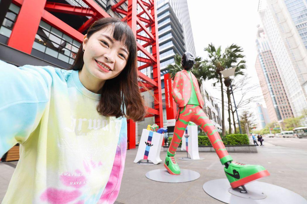 新光三越與Ken Wong攜手合作,將「花臂老王」超大型立體裝置融入空間場域,即...
