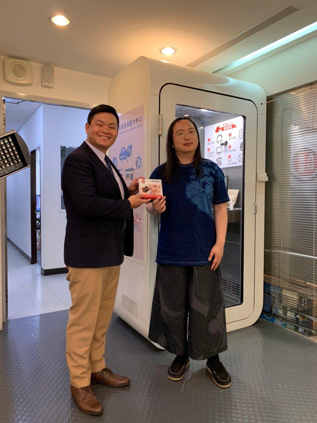 吳少暉(左)與唐鳳一同推廣助聽器的重要性。業者/提供