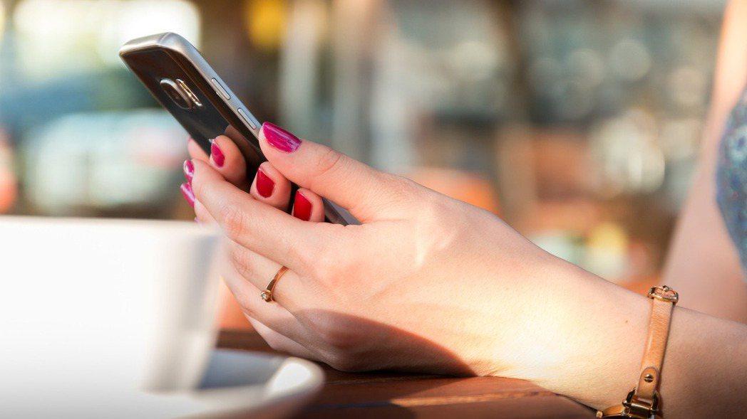 線上辦理貸款免去排隊等候的時間,透過網路在線申請服務,於手機、平板、電腦裝置就能...