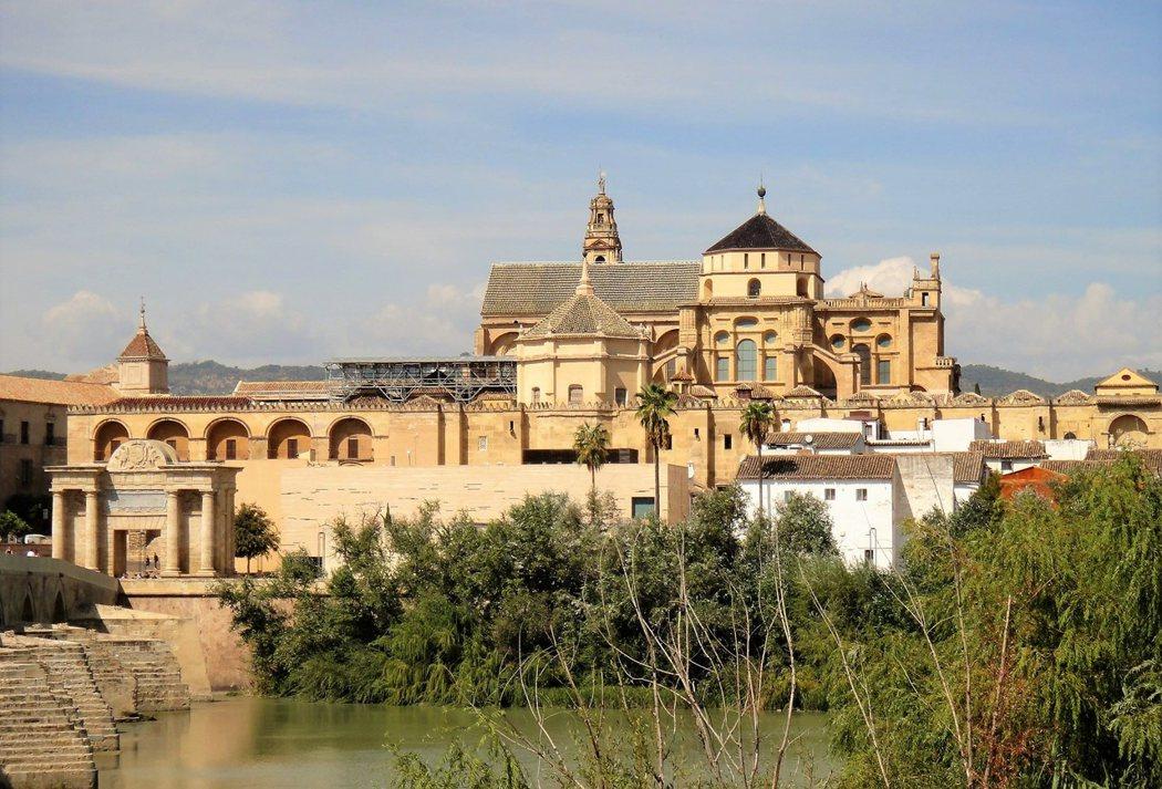哥多華清真寺大教堂在安達盧西亞境內第一大河,瓜達幾維河(Guadalquivir) 旁。
