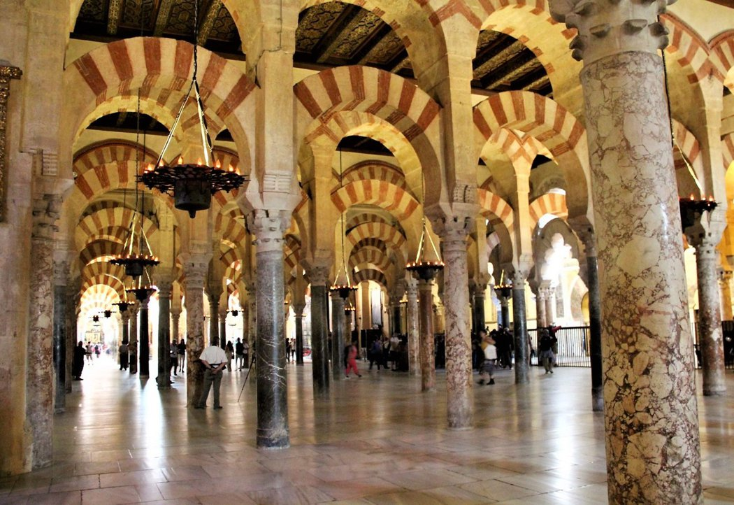 雙層拱型圓柱是清真寺時期的祈禱廳,超過850根的大理石柱,被描述為圓柱森林。