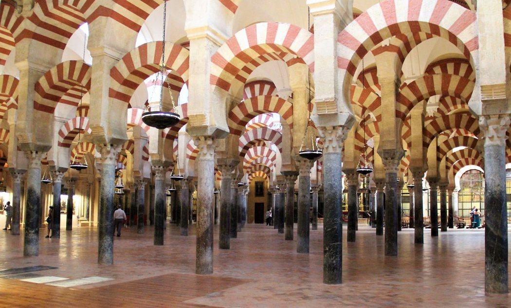 祈禱廳的圓柱來自羅馬和西哥特時期的遺蹟,紅白相間的拱型則是由石頭和紅磚組成。
