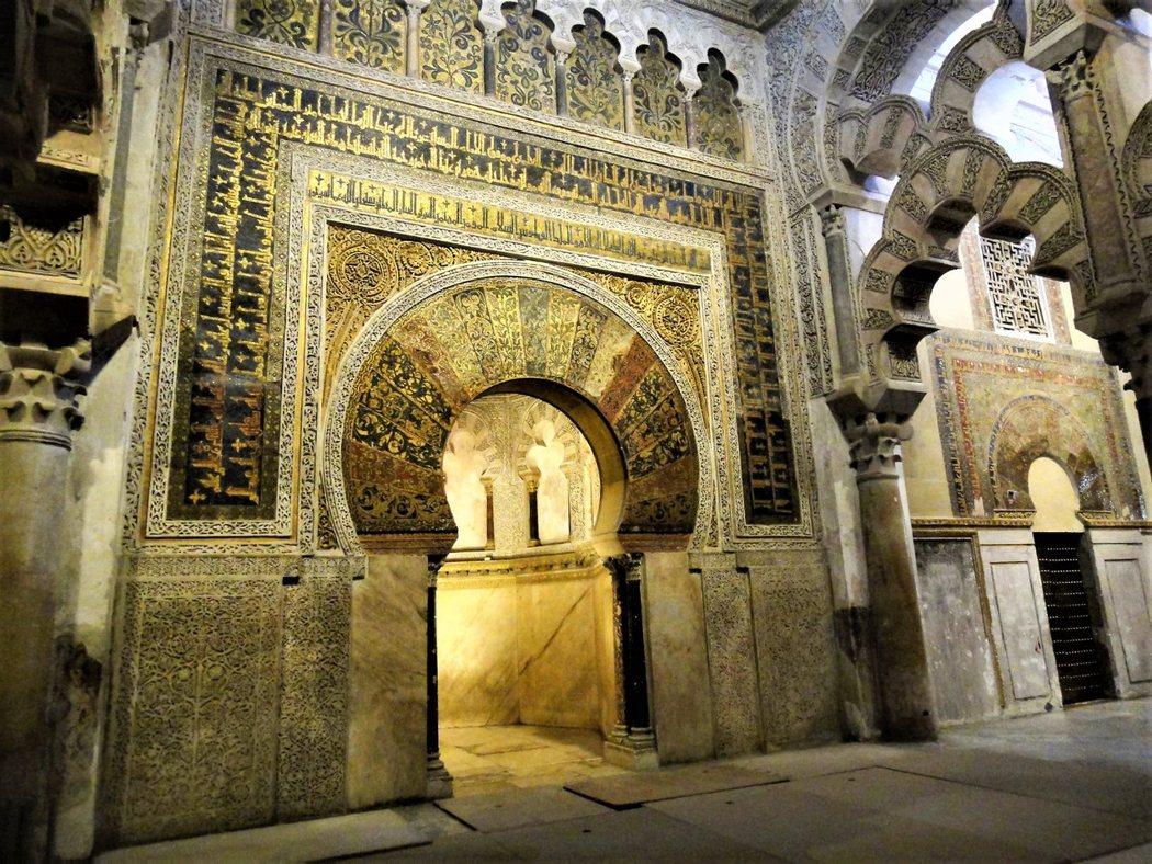 Mihrab 稱為壁龕,也是清真寺的禮拜殿。牆壁後的小拱門一般都朝著聖城麥加的方向, 但這裡卻是偏向南方朝大馬士革的方向,為什麼不是朝向麥加的確切原因並不淸楚。禮拜殿內沒有任何的偶像,只有使用黃金鑲嵌出來的可蘭經文。