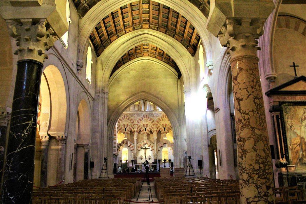 前主教堂建於15世紀,採用歌德式中殿風格,牆上仍然能看見紅白相間,拱形圓柱清真寺的影子。