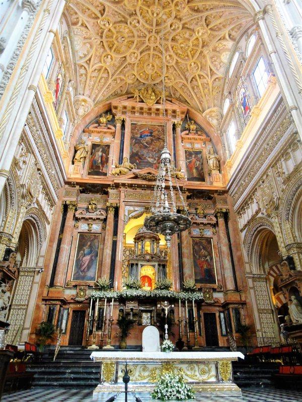 截然不同風格的主教堂,從16世紀開始興建擴張,以文藝復興時期的風格為主軸。