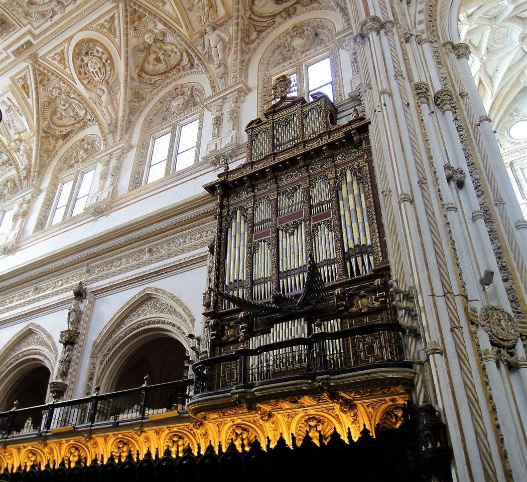 我們到訪時正好司琴在練習管風琴,於是坐下來聆聽在清真寺大教堂𥚃散發出的和諧之聲。對哥多華的人來說「我去清真寺做彌撒」是極其自然的事,一點也不矛盾。