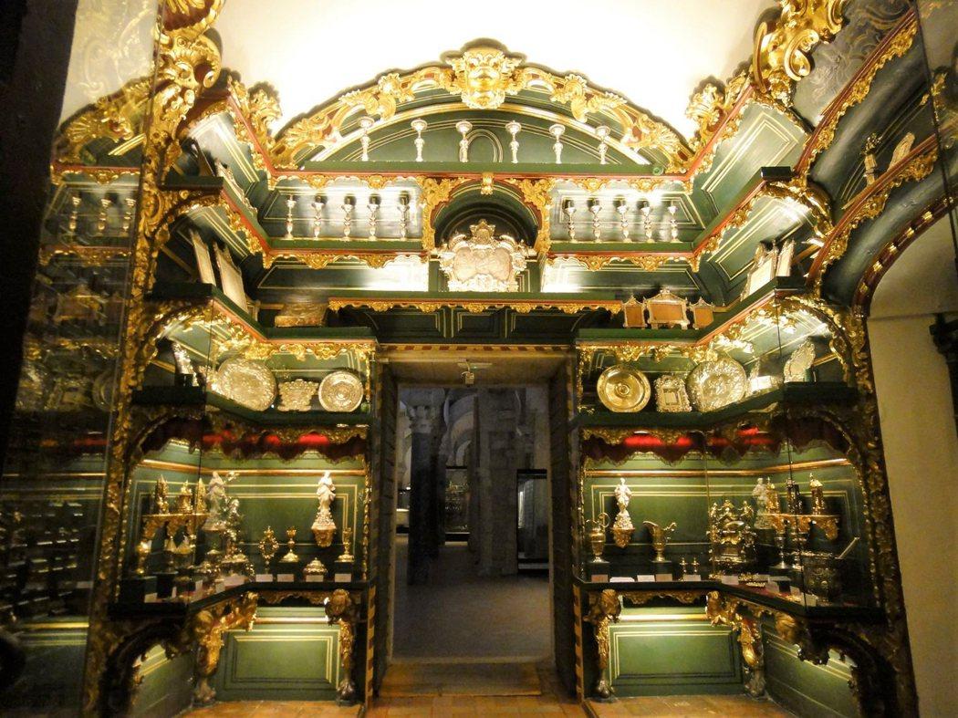 教堂的一個小角落是聖特蕾莎教堂 (Chapel of Santa Teresa),𥚃面放了各種聖器,大多為金飾銀器。