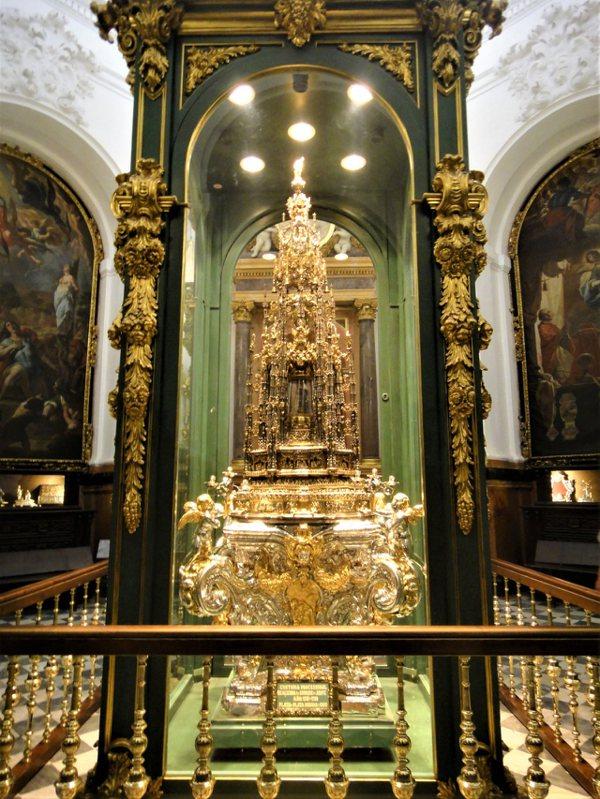 聖特蕾莎教堂內最引人注目的就是這座聖體匣 (Monstrance),16世紀的作品,重達200公斤。每年重要的聖日時, 就會將聖體匣抬出教堂外做遊行的儀式。