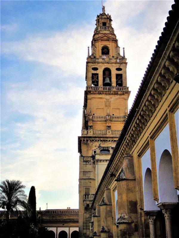 鐘樓原本是清真寺的叫拜樓尖塔,16世紀時重新將外觀改造成教堂的鐘塔。