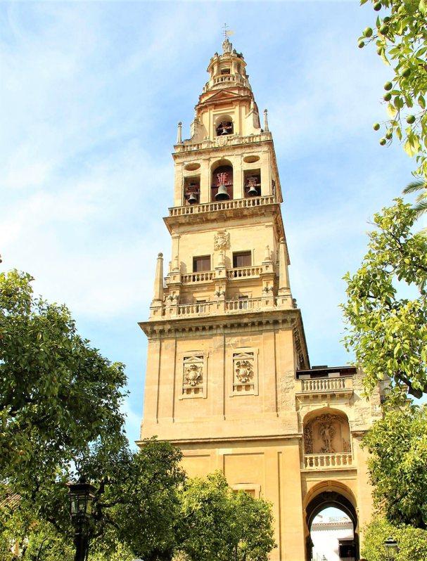 鐘樓的頂端是哥多華的守護天使聖拉斐爾,也是這座城市最高的建築物。