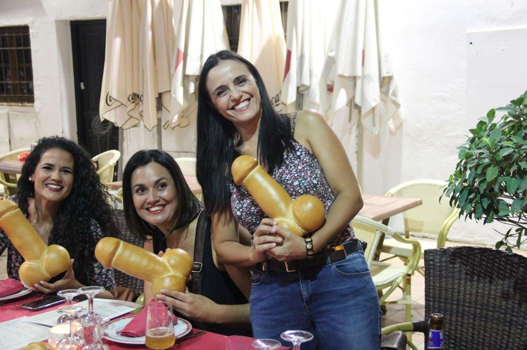一群參加朋友婚禮前聚餐的年輕女士,這群單身女子太可愛了,她們非常的興奮新娘子為她們準備的麵包。