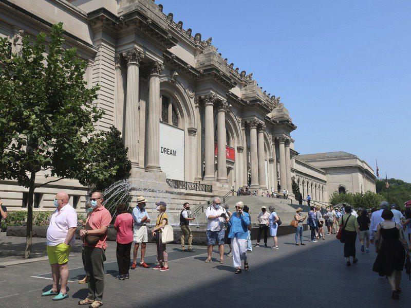 大都會藝術博物館因疫情關閉近半年後,已在去年8月重新向一般民眾開放,圖為去年8月27日該博物館主館附近民眾。美聯社
