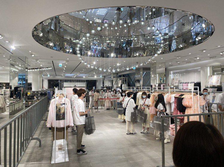 H&M與設計師SIMONE ROCHA聯名款開賣,在店中特闢專區讓消費者...