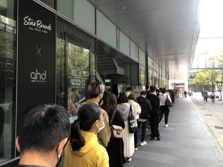 H&M與設計師SIMONE ROCHA聯名款開賣,超過150人在清晨時就...