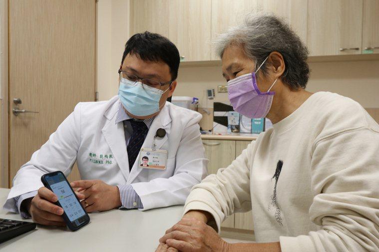 最近台中霧霾嚴重,亞洲大學附屬醫院胸腔外科主治醫師劉柏毅建議,平時可開啟環境監測...