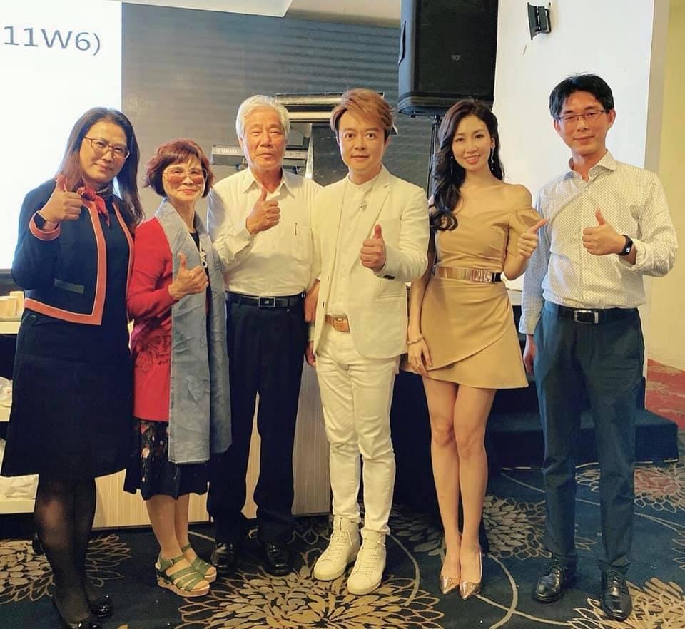 翁立友(右三)與向蕙玲(右二)一同出席春酒,看似消瘦許多。圖/摘自臉書
