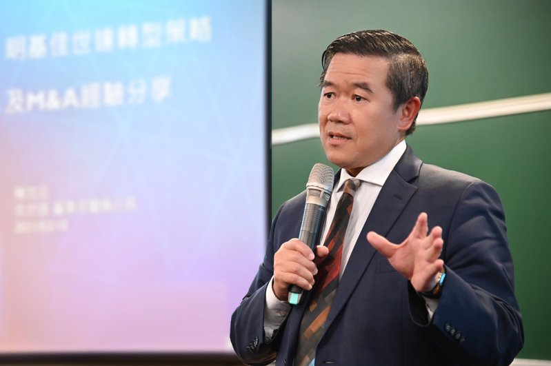 清華EMBA請來佳世達科技董事長兼總經理陳其宏講授「大艦隊」策略。圖/清大提供