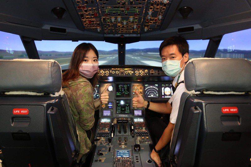 長榮航機長體驗營2.0的學員可在機長指導下實飛A330模擬機足足30分鐘,可模擬起降及體驗各種不同的飛行情境。長榮航提供