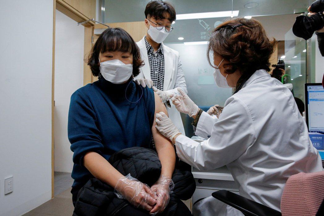 南韓於2月底開始施打疫苗。圖/路透社