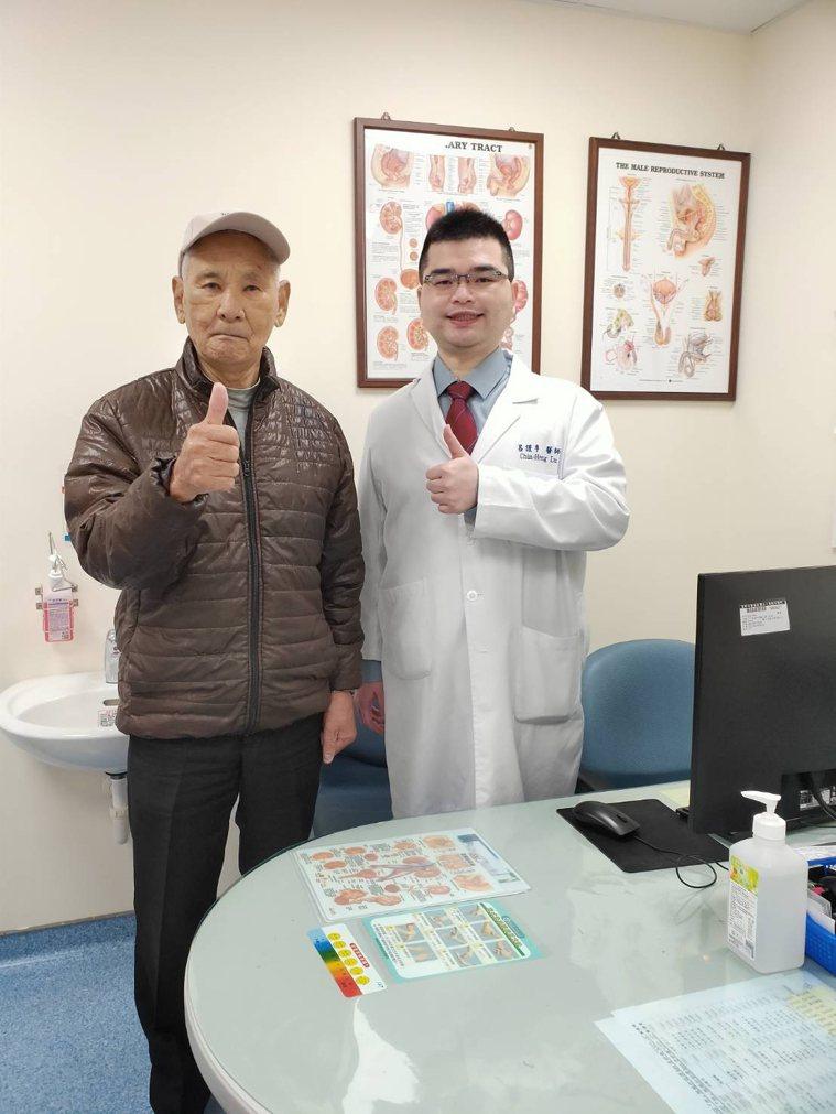 94歲阿公治療後恢復正常生活,感謝童綜合醫院醫師呂謹亨。圖/童綜合醫院提供