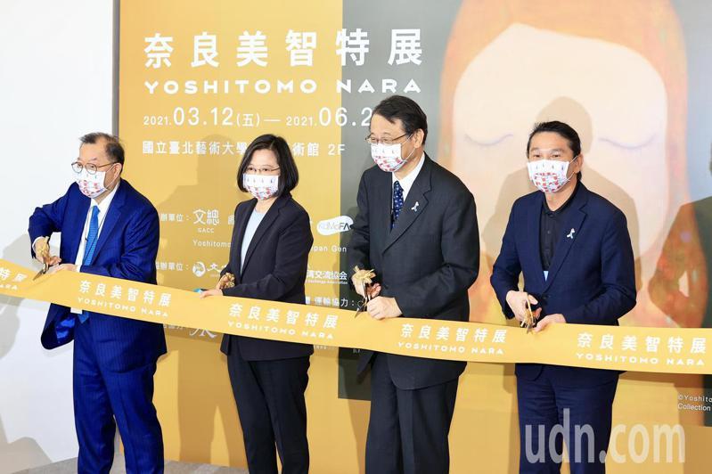 奈良美智在台灣的首次個展在關渡美術館展出。這次的「奈良美智特展」中,展出一幅最新繪畫、數十件素描新作,同時象徵他至今創作歷程的繪畫、素描及雕塑作品也將一併展出。上午舉行開幕記者會,蔡英文總統(左二)也出席剪綵致詞。記者林伯東/攝影