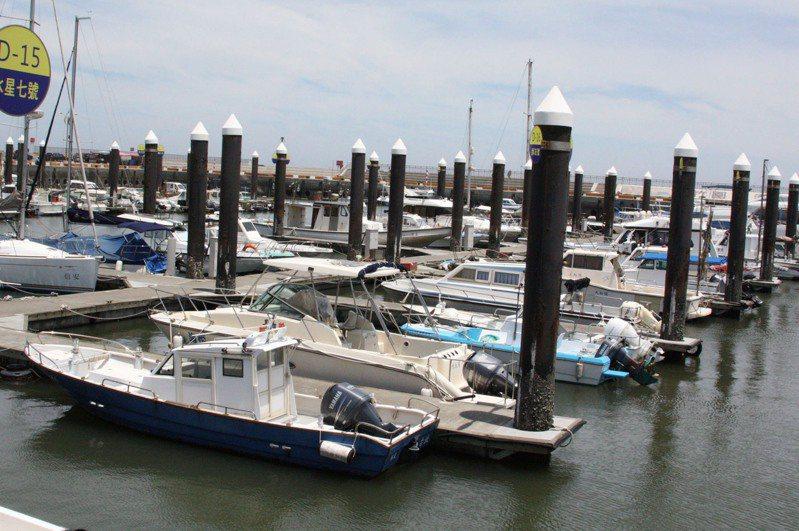 根據記者訪視各港口,販售駕照價位從2萬5千元至5萬元不等,只要花錢、繳交照片,就能獲得一張動力小船營業用駕駛人證照。圖/聯合報系資料照片