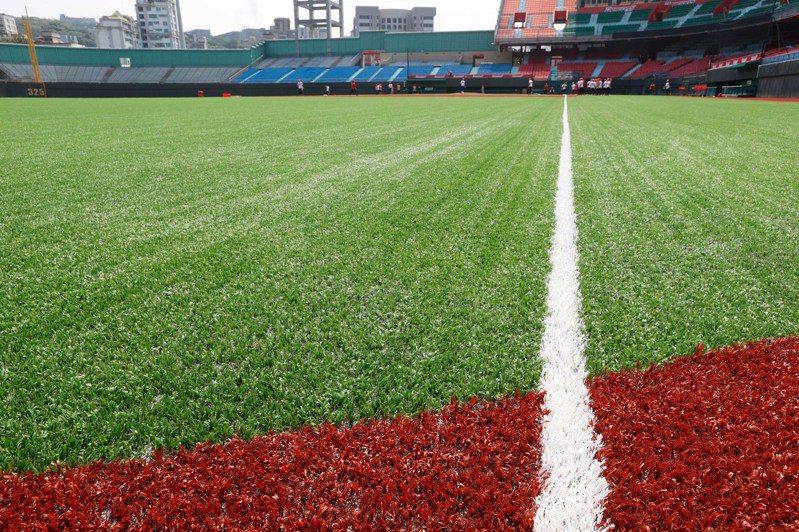中職賽季將於明天在台南棒球場點燃戰火,本季有不少重點紀錄,其中新軍味全龍上一軍後,要挑戰隊史500勝。 聯合記者鄭超文/攝影