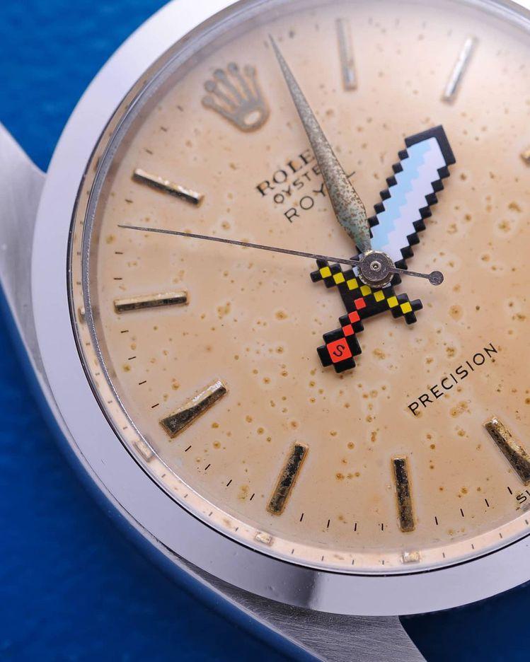 斑駁鏽蝕的表面與指針,對比上濃濃1970數位風格的寶劍指針,奇趣而反差。圖 / ...