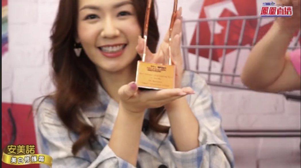 李又汝在「艾吃鬼」直播節目中,開箱亞洲電視大獎視后獎座。圖/民視提供