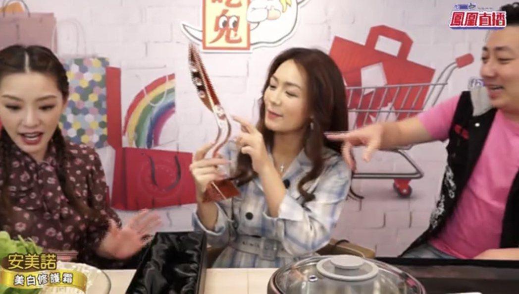 李又汝(中)在「艾吃鬼」直播節目中開箱自己拿到亞洲電視大獎視后獎座。圖/民視提供